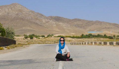 Afghánská novinářka Anisa Shaheed. Anisa je novinářka z Kábulu, pracuje jako reportér v terénu.